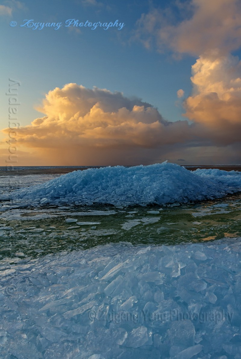 Drifting ice at lakeside Urk