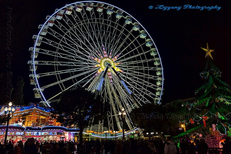 Nice at Christmas night - Turning Ferris wheel